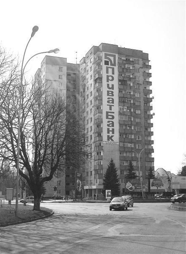 Мешканці 16-поверхівки просять владу обмежити доступ до загальних балконів будівлі