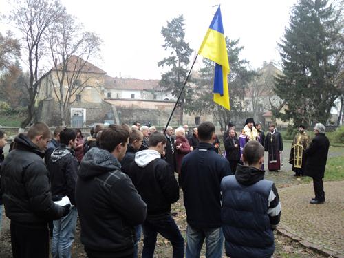 """В Ужгороді """"Карпатська Січ"""" запалила свічки жертвам Голодомору"""