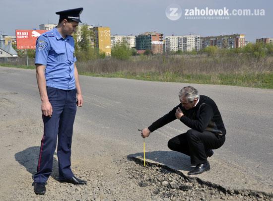 Ужгородськими ямами зайнялися ДАІшники разом з журналістами