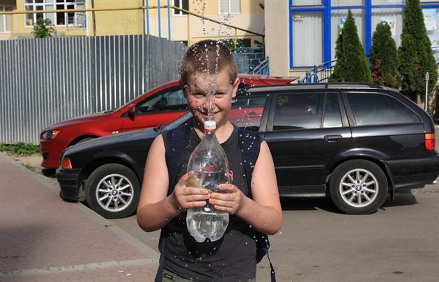 """В Ужгороді """"поливальники"""" чатують на дівчат"""