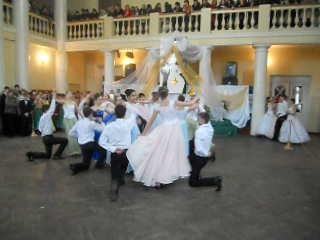 Як ужгородські випускники танцювали прощальний вальс (ВІДЕО)