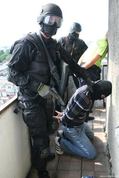 На Закарпатті правоохоронці затримали перевертнів у погонах