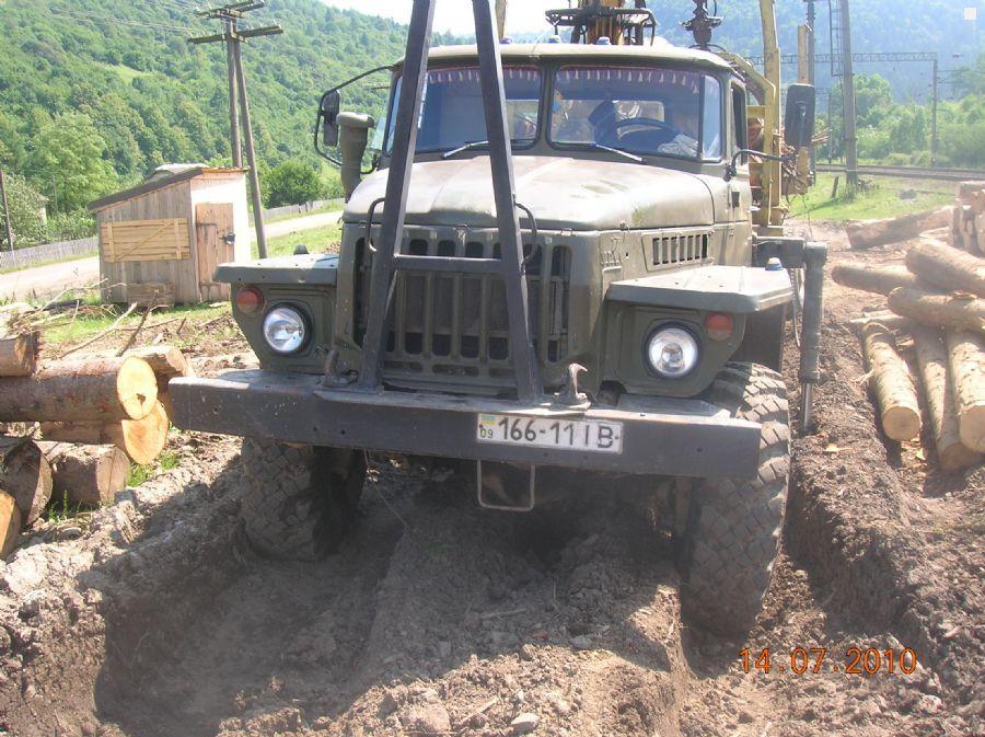 Закарпатські селяни перекрили лісовозами дорогу