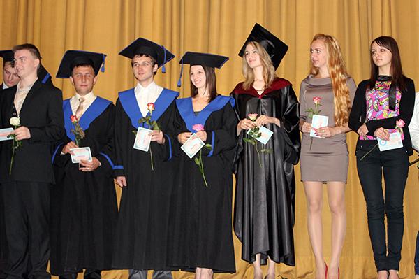 496 випускникам УжНУ вручили дипломи з відзнакою