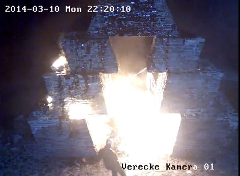 На Верецькому перевалі знову підпалили угорський монумент (ВІДЕО)