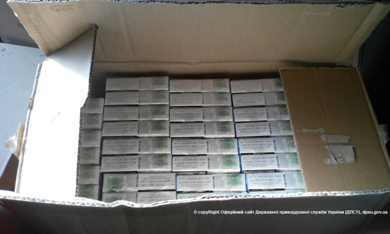 """На Закарпатті прикордонники знайшли в автобусі 18 ящиків """"лівих"""" цигарок"""