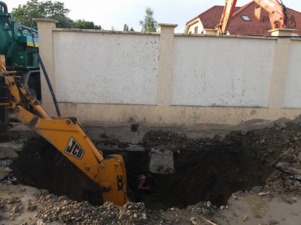 Працівники Ужгородського Водоканалу ризикують життям при ліквідації аварії (ФОТО)