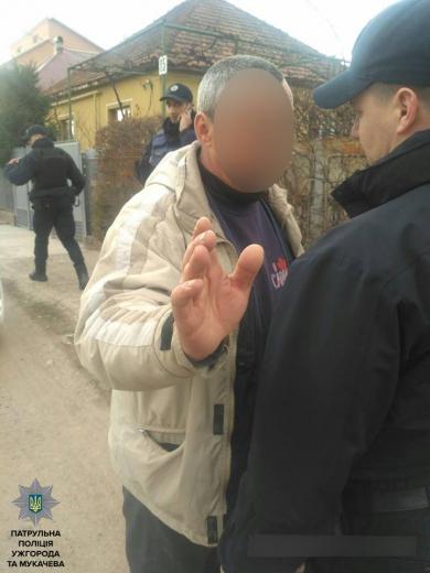 В Мукачеві поліцейським довелось вгамувати кайданками п'яного та агресивного водія (ФОТО)