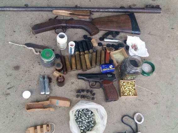 Хустські правоохоронці вилучили в жінки зброю та набої