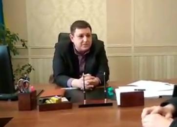 Активіст жбурнув у сторону ужгородського прокурора стос паперів (ВІДЕО)