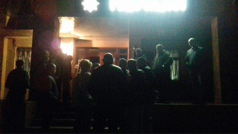 """Через напад """"гастролерів"""" на журналістів десятки ужгородців заблокували міськвідділ поліції (ВІДЕО)"""