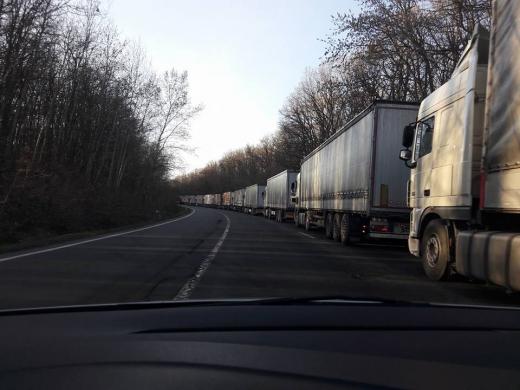 """Закарпатські митники прокоментували ситуацію з накопиченням вантажівок на митному посту """"Ужгород"""""""