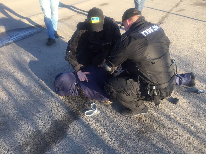 В Закарпатті внутрішня безпека ДФС та прокуратура затримала митника при отриманні 500 доларів хабара