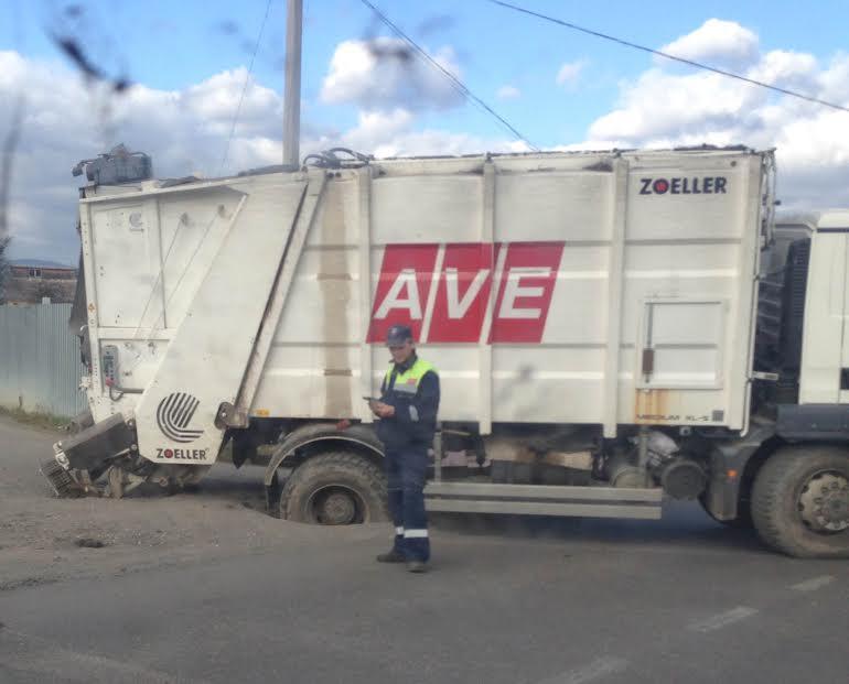 """Кратер на ужгородській дорозі поглинув колесо сміттєвоза """"АВЕ"""" (ФОТО)"""