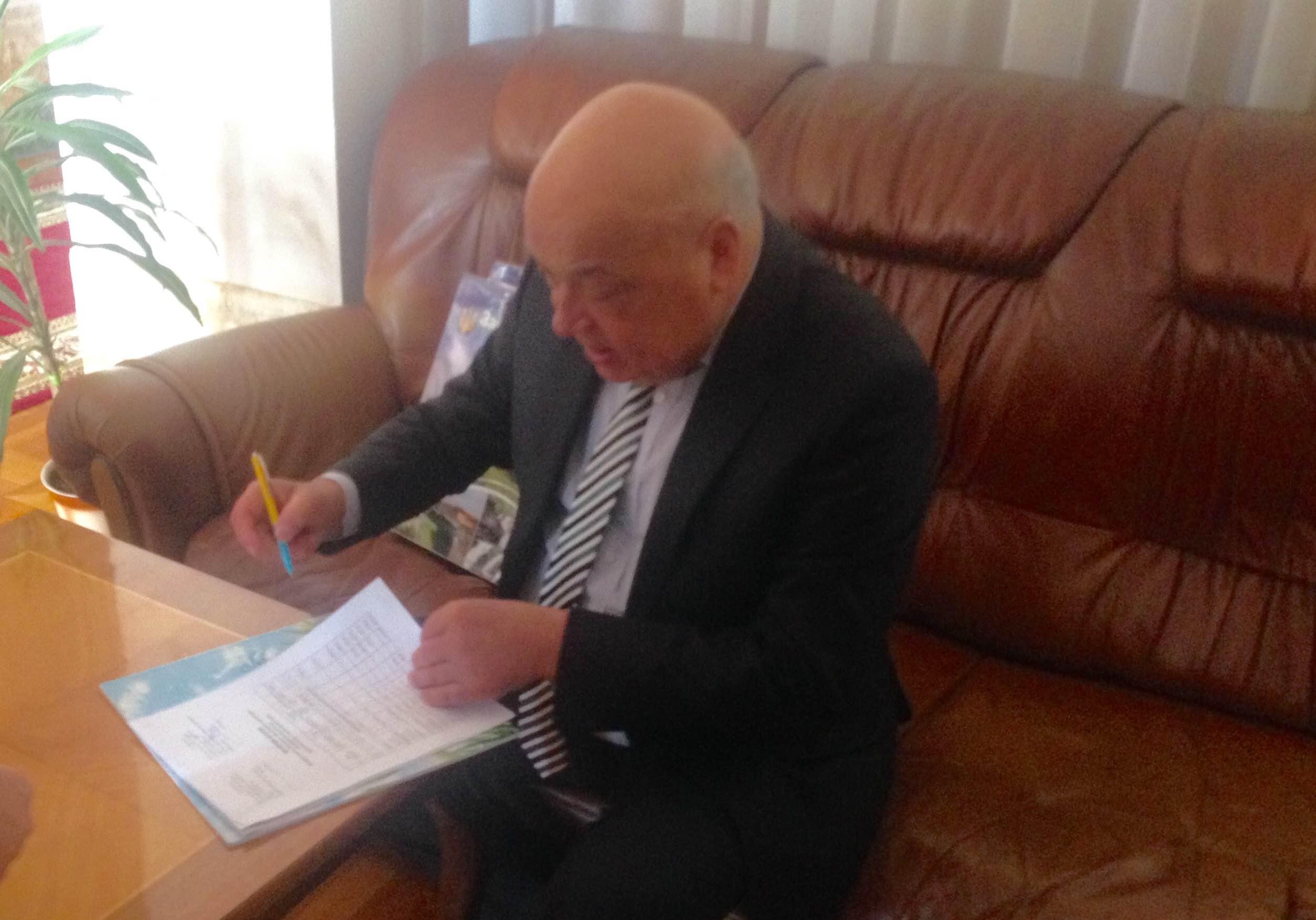 Москаль підписав поновлення статусу меморіального музею Волошина ручкою, яка пройшла пекло Авдіївської промзони (ФОТО)