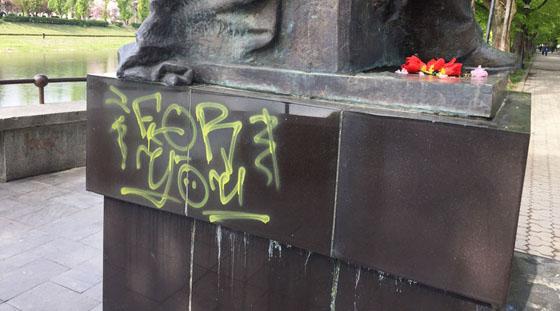 В Ужгороді невідомі розфарбували пам'ятник Августину Волошину