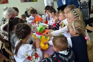 В ужгородському скансені дітей-сиріт навчали писанкарству