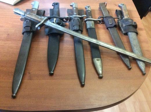 Мукачівець здав у поліцію сім штик-ножів