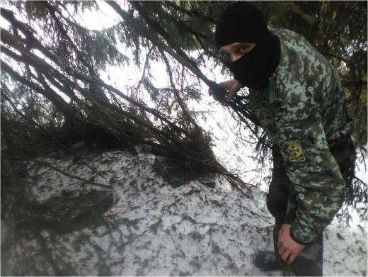 Поблизу кордону з Румунією закарпатські прикордонники знайшли сховок з цигарками