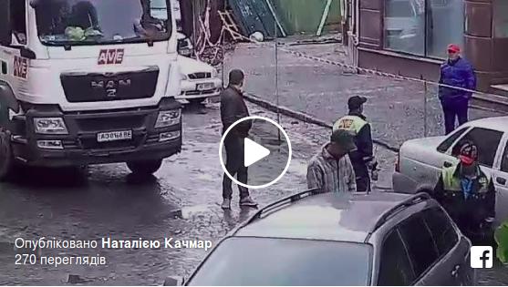 """В Ужгороді прохожі рятували сміттєвоза від знахабнілого """"оленя"""" (відео)"""