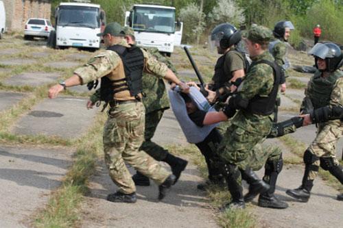 Закарпатських поліцейських навчали протистояти масовим заворушенням (ФОТО)