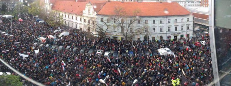 У сусідній із Закарпаттям Словаччині 10 тисяч студентів виступили проти корупції (відео)