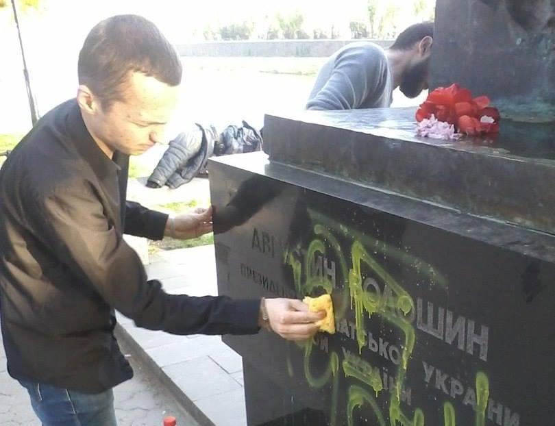 Представники Закарпатського об'єднання «Україна Соборна» відмили фарбу із пам'ятника Августина Волошина (фото)