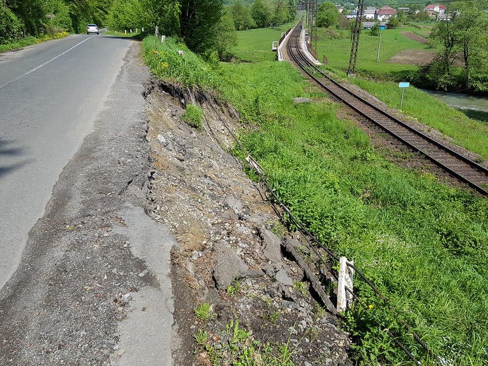 На Великоберезнянщині дорога загрожує життю подорожуючих (фото)