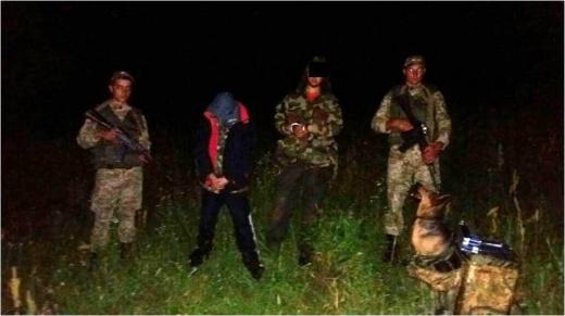 На Закарпатті прикордонники затримали двох контрабандистів з цигарками (ФОТО)