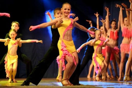 «Танцювальна корпорація друзів» запрошує на ювілейний концерт до Закарпатського облмуздрамтеатру