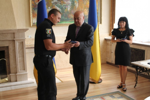 Ужгородському полісмену, який затримав озброєного злочинця, вручили почесну відзнаку «За заслуги перед Закарпаттям» (ФОТО)