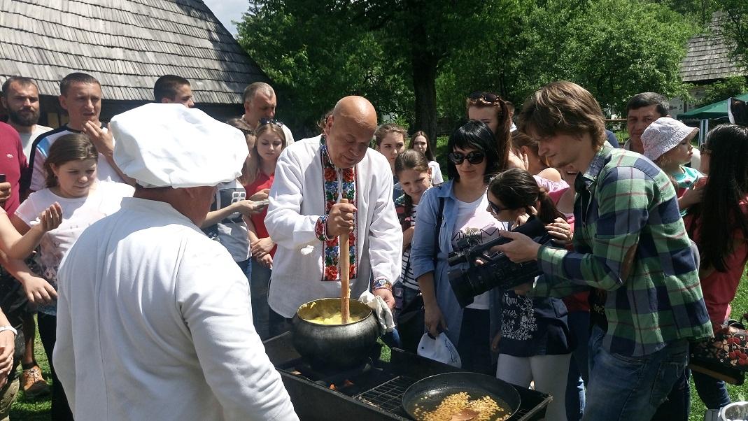 На відомому гастрономічному фесті в Колочаві Москаль пригощав туристів ріплянкою власного виробництва (фото)