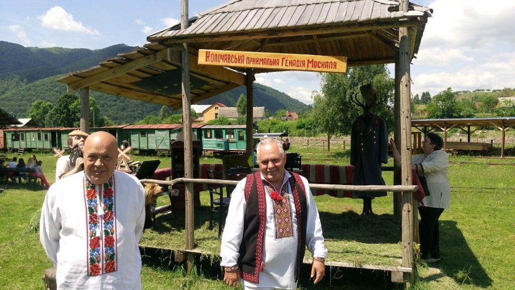 Москаль пригощав туристів ріплянкою власного виробництва