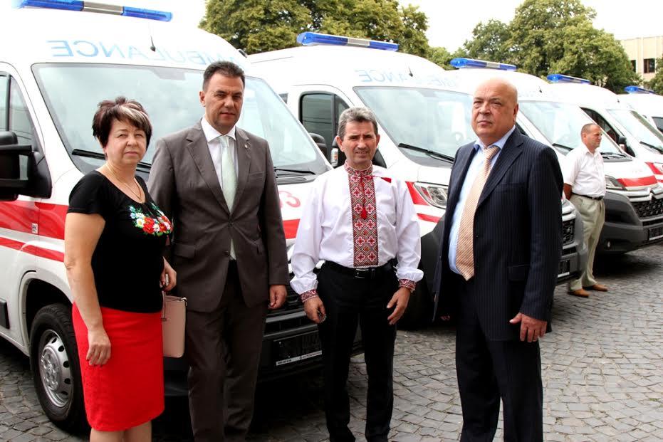 Керівники Закарпатської області вручили медикам дев'ять новеньких «швидких» (ФОТО)