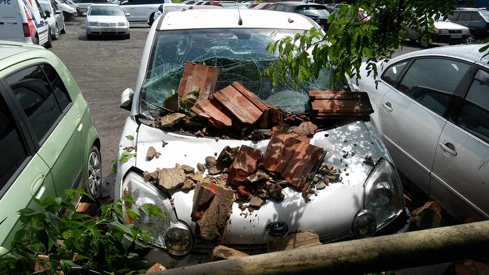 В Мукачеві стіна обвалилася на припарковані поряд автівки (фото)