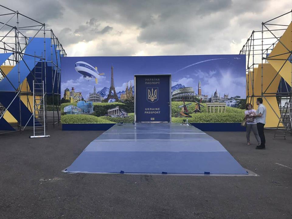 До приїзду Порошенка на українсько-словацькому кордоні в Ужгороді монтують сцену (фото)