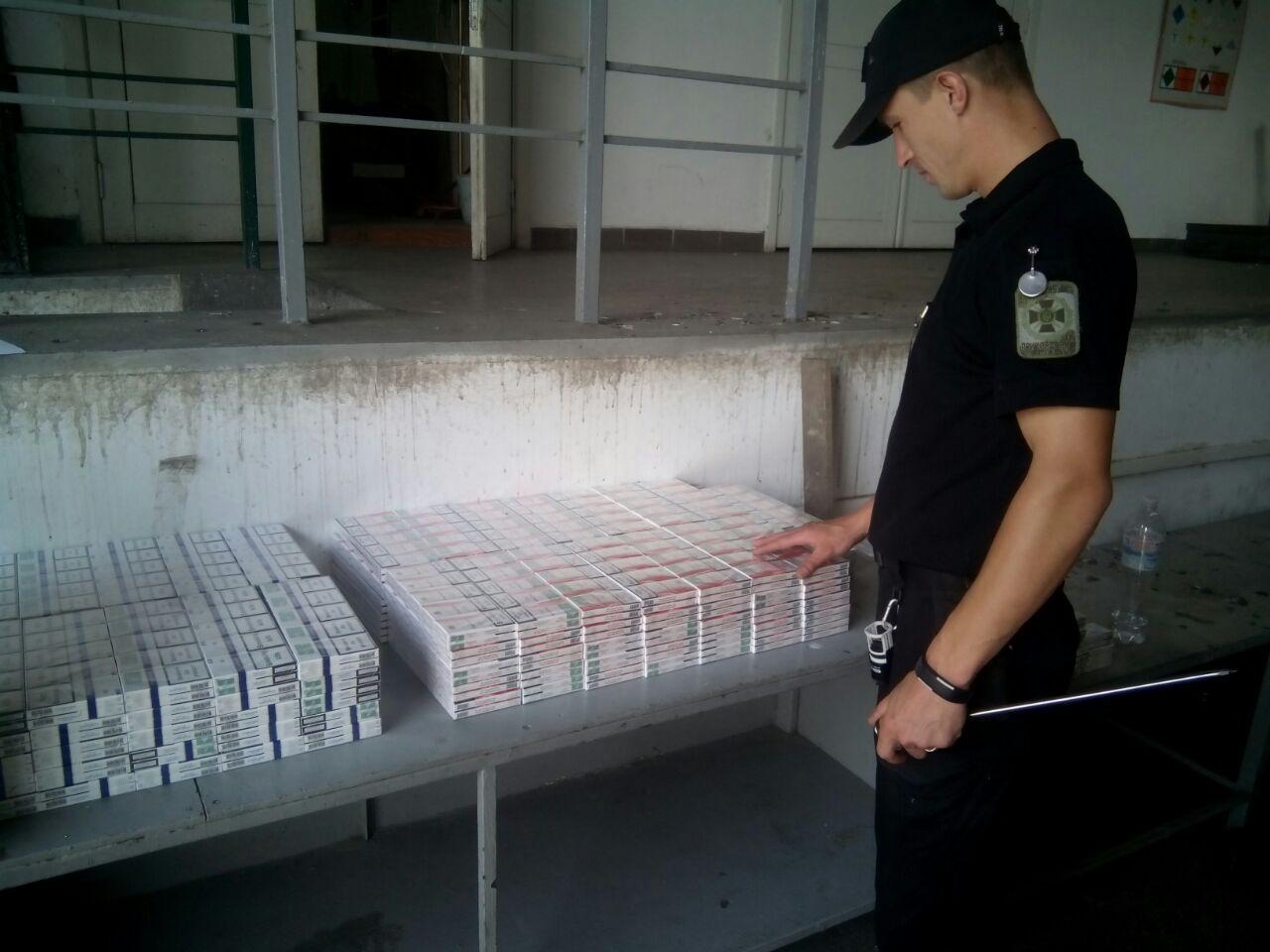 Закарпатські прикордонники та митники знайшли цигарки у рейсовому автобусі