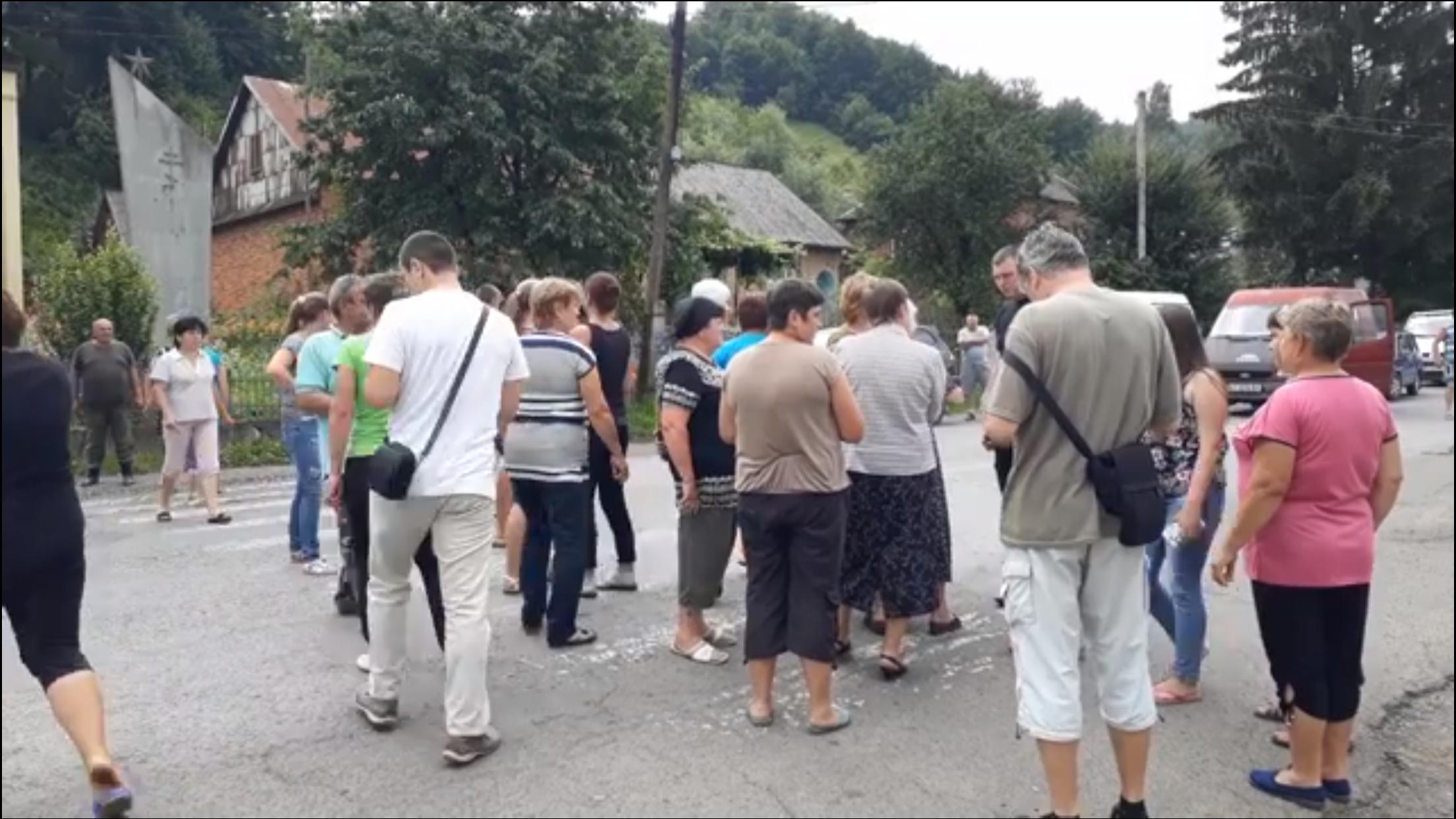 На Хустщині через міні-ГЕС громадою Березова заблоковано дорогу державного значення (відео)