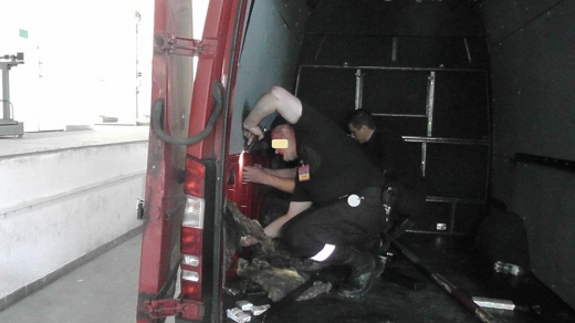 Закарпатські прикордонники виявили сигарети, сховані у стінках мікроавтобуса
