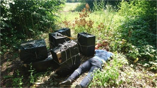 Закарпатські прикордонники затримали контрабандистів і велику партію цигарок (ВІДЕО)