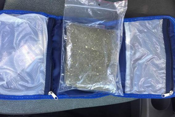 У автівці закарпатця поліцейські виявили 200-грамовий пакет марихуани