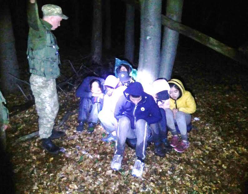 На Закарпатті прикордонники затримали 16 нелегалів із В'єтнаму (фото)
