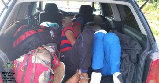 Закарпатські полісмени виявили у автівці 5 індійців-нелегалів, схованих під речами