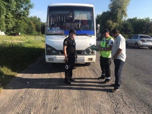 Поліція перевіряє громадський транспорт на Закарпатті