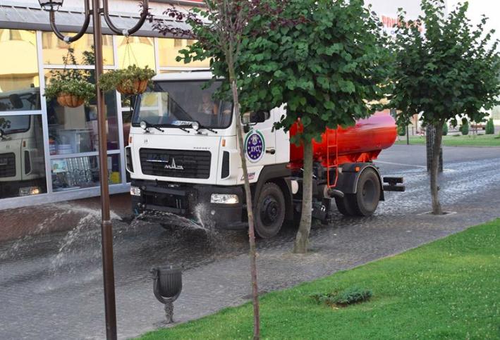 Після 27-річної перерви у Хусті знову поливають вулиці (фото)