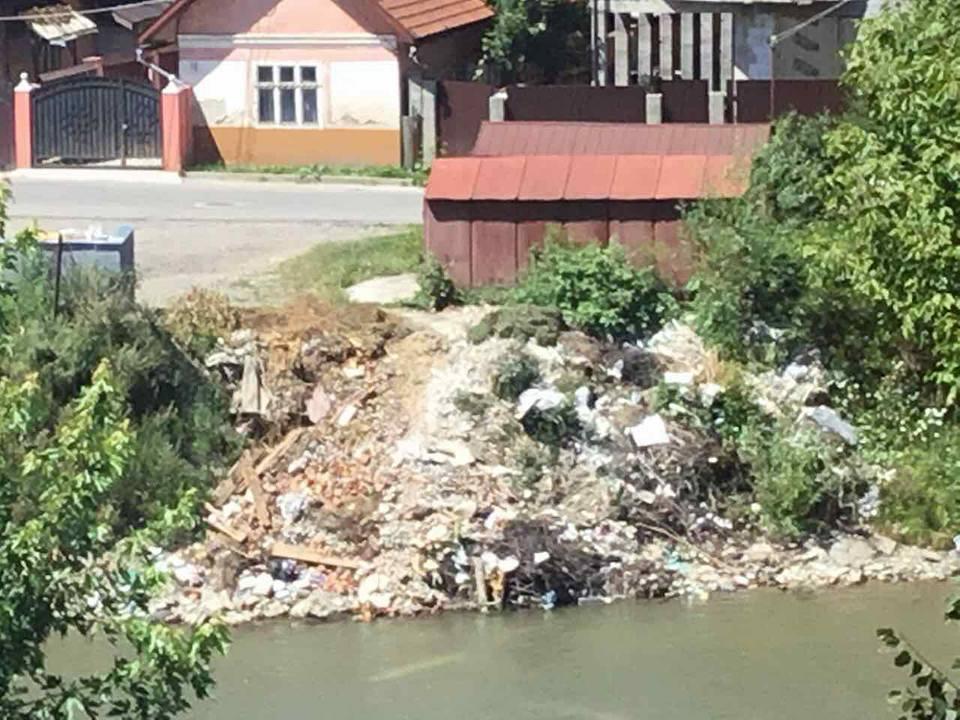 В центрі Рахова городяни влаштували стихійне сміттєзвалище (фото)