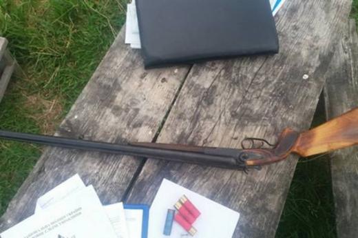 На Закарпатті під ліжком пенсіонера поліцейські знайшли незареєстровану зброю