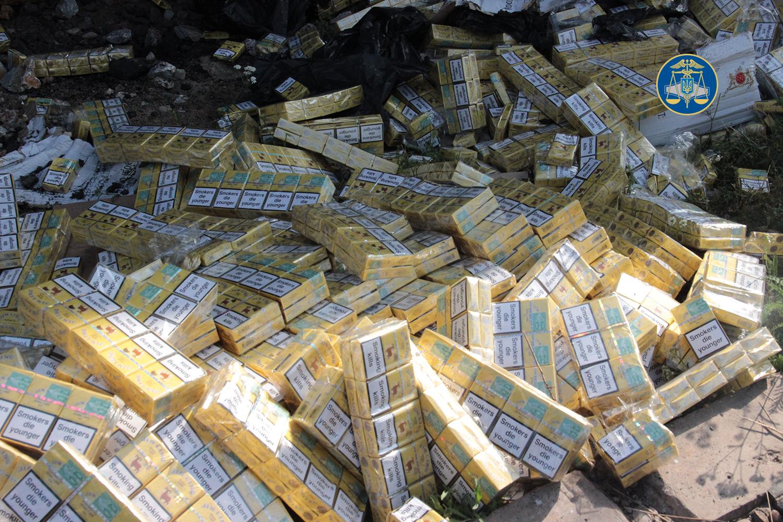 Тисячі пачок цигарок, схованих під вугіллям, виявили закарпатські митники (відео)