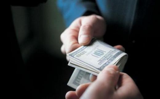 """Закарпатський поліцейський вимагав 50 тисяч доларів за """"мовчання"""""""