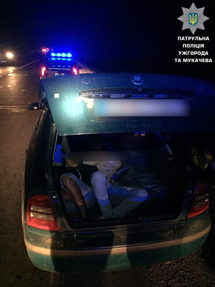 Ужгородські патрульні виявили в багажнику авто нелегалів (відео)